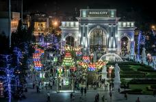 Vườn cổ tích bằng đèn lồng lớn nhất Việt Nam với ánh sáng rực rỡ tại quảng trường Royal City.