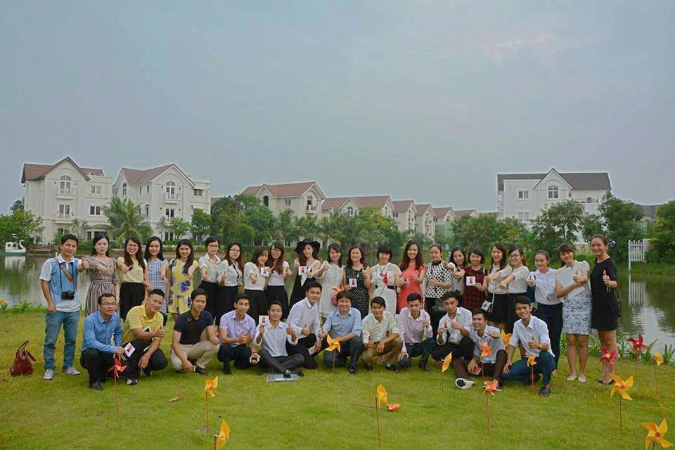 Tập thể nhân viên công ty cổ phần Viethousing bên dự án Vinhomes Riverside